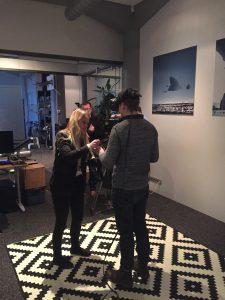 Reissun suomalaiskollega Jouni Räsänen testaa CCP:n kehityksessä olevaa VR-peliä.